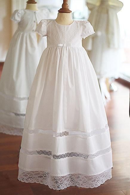 Robe de baptême longue fille en voile de coton et dentelle italienne. Robe de baptême traditionnelle.
