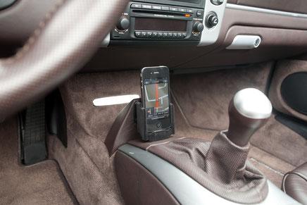 gateway adapter im porsche boxster mit CD-23 und belederter iphonehalterung