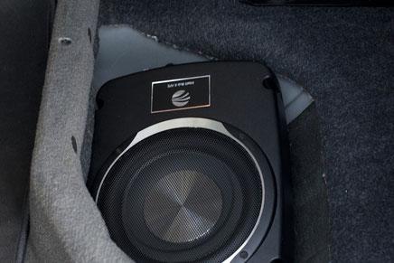 Rainbow Under-Seat-Subwoofer unter der Rücksitzbank vom Dodge RAM