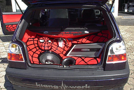 Spiderman Kofferraumausbau mit Zapco Verstärker und emphaser subwoofer