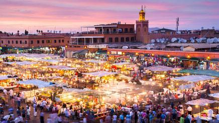 Place Jemaa el-Fna - Place publique avec commerçants, marchands et artistes de rue fréquentée par les touristes et les locaux.