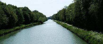 C'est probablement l'écluse no 10 « Juvigny (Marne) », à quelques kilomètres en aval de Châlons-sur-Marne, qui est le lieu réel de la seconde partie de l'action du film de Jean Delannoy Le Baron de l'écluse, en 1960 avec Jean Gabin et Micheline Presle ...