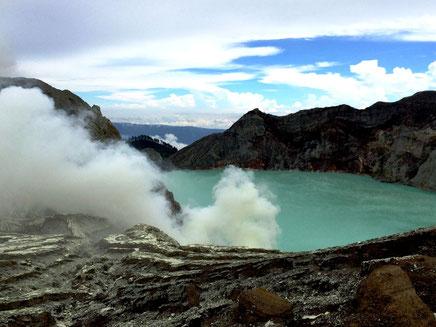 Uitzicht over het turkuoise gekleurde kratermeer van het Ijen plateau