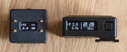 The Cameractive V102 light meter in a display comparison with the KEKS EM-01.  Photo: bonnescape.de