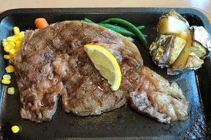 ど〜ん! 柔らかくて風味豊かな地元牛のステーキ。 ミディアム・レアで。