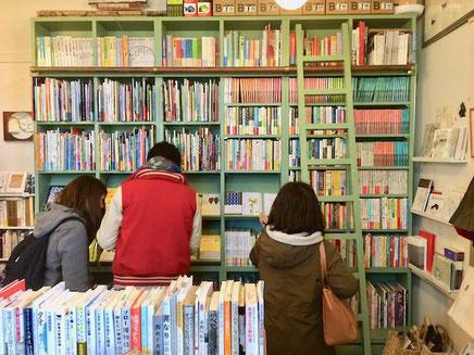 絵本の店 メリーゴーランド 京都店さん店内(冬)