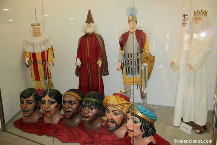Cabezas y personajes vestidos de época del Museo de las Rocas o del Corpus de Valencia.