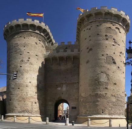 El nombre de la Puerta de Quart hace referencia al camino de Castilla que pasaba por la población de Quart de Poblet, aunque durante mucho tiempo se le llamó Puerta de la Cal, por ser lugar obligado de paso para los carros que transportaban este producto.