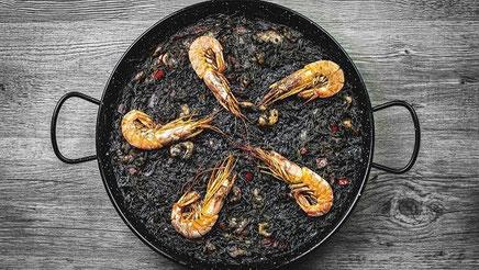 Fideuà negra con coliflor, plato marinero de la Comunidad Valenciana.