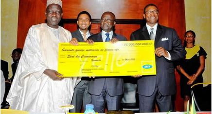 Le Dg de MTN Cameroon, Karl Toriola remet un chèque symbolique au ministre des P&T Biyiti bi Essam