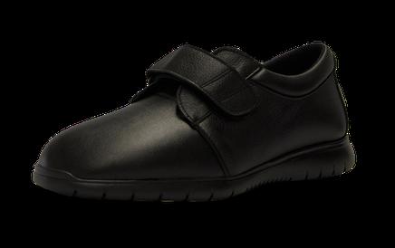 Zapato de caballero de diseño actual, fabricado en piel adaptable de vacuno, que fusiona la elegancia con el máximo confort y adaptabilidad. Las costuras internas estan protegidas, evitando roces o erosiones en pies sensibles.