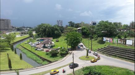 La rivière Bessekè à l'entrée du quartier Bonanjo, à quelques encablures du port