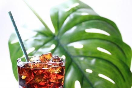 レターセットとはさみ。コーヒーの入ったカップ&ソーサ。オレンジピンクのバラ、ガーベラ。