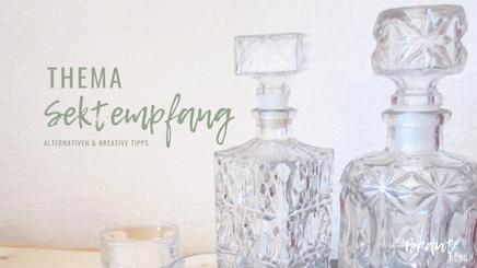 """Zwei Kristallflaschen stehen nebeneinander. Aufschrift """"Thema Sektempfang - alternative & kreative Tipps""""."""