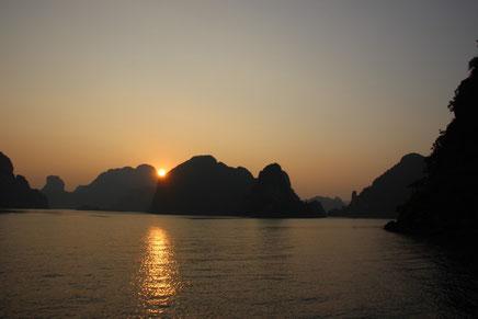 Coucher de soleil sur la baie d'Halong...