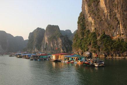 Village de pêcheurs dans la baie
