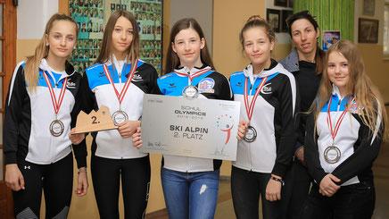 Die erfolgreiche Mädchenmannschaft mit Trainerin Karin Blaser