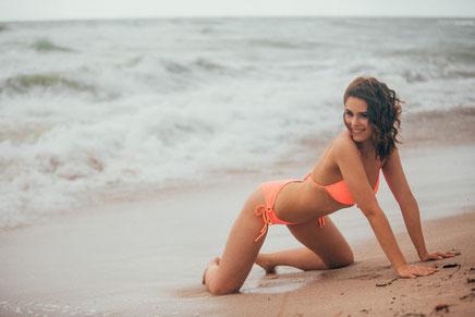 Bachelor Mädel Bikini am Strand