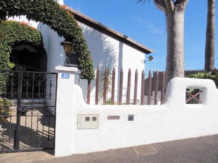Blick auf den Eingang vom Haus mit einem schönen Rundbogen aus Bogenvillia.