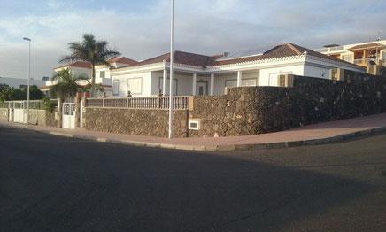Ansicht der Villa von der Straße aus.