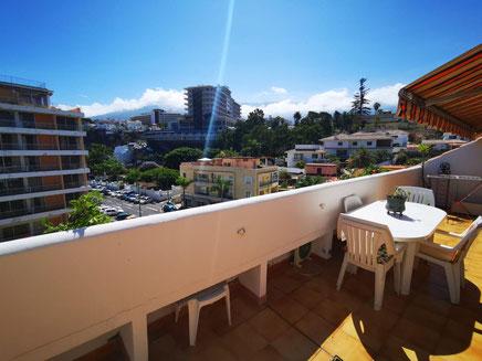 Sonniger Balkon mit weiten Blick über die Dächer von Puerto de la Cruz bis zum Teide