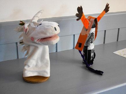 """Einhorn Gwendolin und ein Giraffengeweih (darunter ein Fliegenabwehrspray aus unserem Theaterstück """"Flyman"""")"""