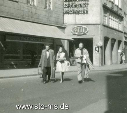 Auf der Ludgeristraße - Links Schwiegervater Karl Bellmann, Mitte Franzis Walther - Rechts neben Pan Walther ist der Schaukasten erkennbar