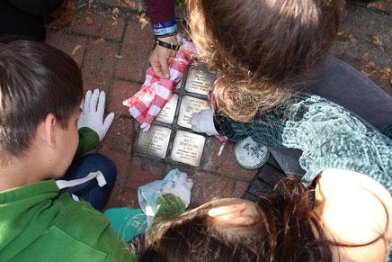 Erinnerungsarbeit: Die Stolpersteine zum Erinnern an die Juden Rehburgs werden geputzt.