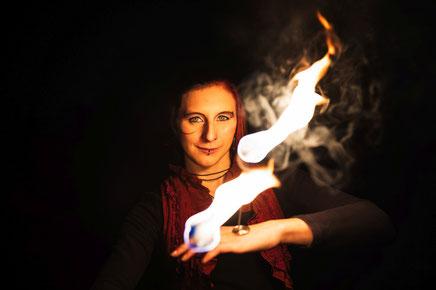 Performance Artist Nadine Künzer, aka Pearl bei einer Feuershow