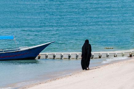 frau-im-tschador-am-strand-malaysia