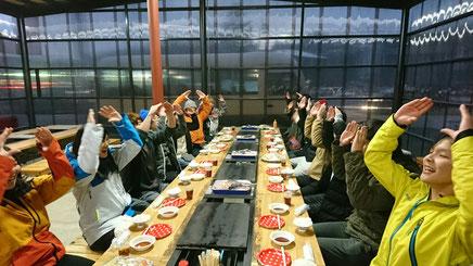 冬のバーベキューを楽しむ早稲田大学万歳同盟の方々