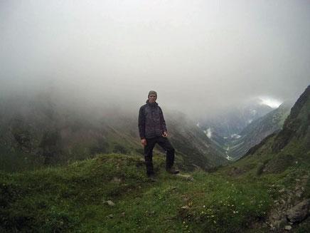 Nebel Alpen E5 Ausblick Kemptener Hütte Holzgau Tal Wolke junge Mann