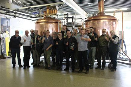 C.J. Caesar (2.v.l.) und die Bezirksgruppe OWL in der Brauerei - alle offensichtlich seht zufrieden! © BG OWL