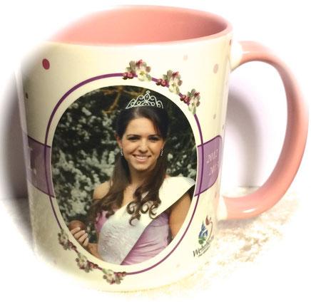 Sunny I. war die Wehrheimer Apfelblüten-Königin  2012/2013 und stand mit ihrem Foto für die Königinnen-Kaffeetasse Pate. Foto: Ursula Konder