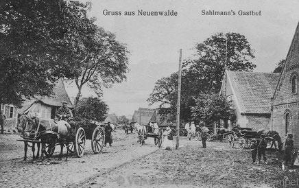 Die hier abgebildete Karte mit einem Blick in die Dorfstraße stammt aus dem Jahr 1900 (Verlag u. Fotografie H. Kohlmeyer Dorum).