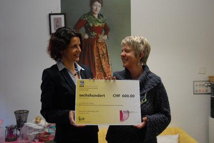 Domenika Schnider Neuweiler Präsidentin BPW Club Chur (li.), übergibt Silke Margherita Redolfi den symbolischen Check über 600 Franken. (Bild: Silvia Graf).