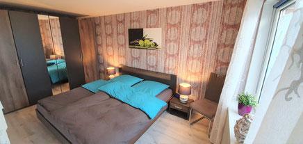 Schlafzimmer mit großem Bett und Schrank