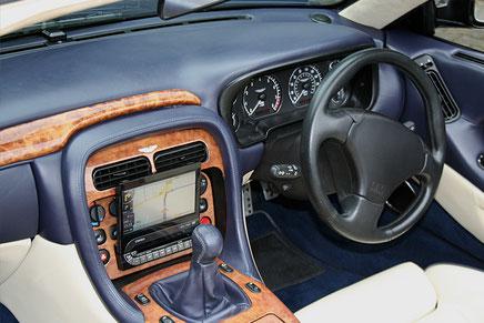Armaturenbrett des Aston martn Vanquish mit eingebauten Clarion 1-DIN-Navigationsgerät als Moniceiver.