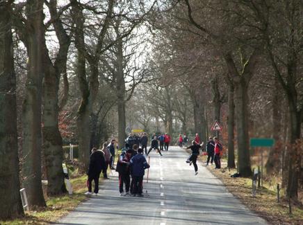 Eine Gruppe von Menschen beim Boßeln in Ostfriesland