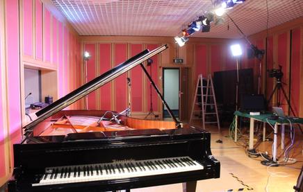 Das Studio 3 vor einem Corona-Livestreamkonzert. Zwei Flügel nennt das Studio sein Eigen. Kultur war und ist hier ein Schwerpunkt. Bild: Johannes Thiede.