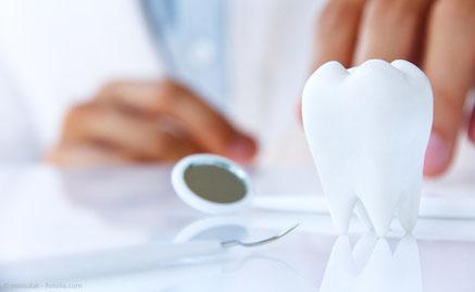 Persönliche Beratung zur Wurzelbehandlung in der Zahnarztpraxis Dr. Max Mustermann in Musterstadt