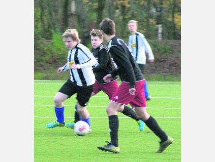 Maurice Kublik (am Ball) gewann mit der C I das Spitzenspiel gegen Tabellenführer JSG Ostholstein/Lensahn mit 1:0. ·
