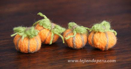 Cómo hacer mini calabazas a partir de un botón tejido a crochet