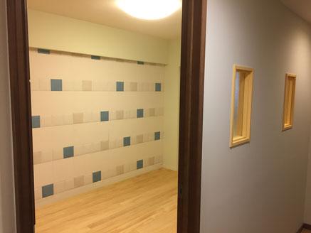 壁はエコカラット 湿気対策 パステルカラーの壁 明り取りの小窓