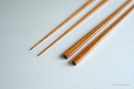 胡麻竹を削り、漆で箸を仕上げます