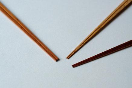 左から煤竹の取り箸、胡麻竹の箸、煤竹箸