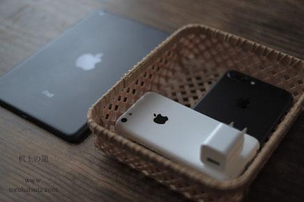 iPhoneを『机上の籠』に収納。iPad miniは入らず