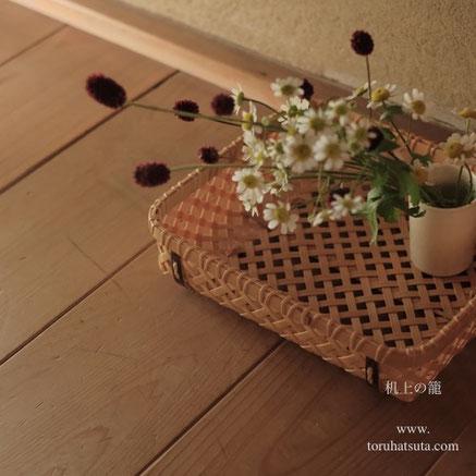 机上の籠に夏白菊と吾亦紅