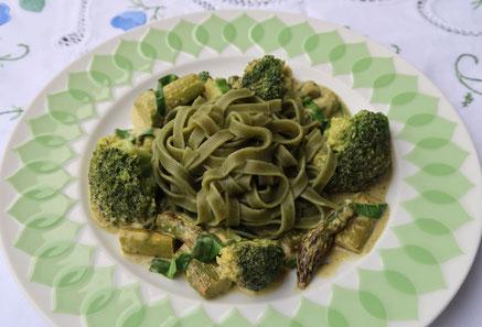 Rezept für Gründonnerstag: Grüne Gemüsepfanne mit grünen Nudeln - ein grünes Gericht