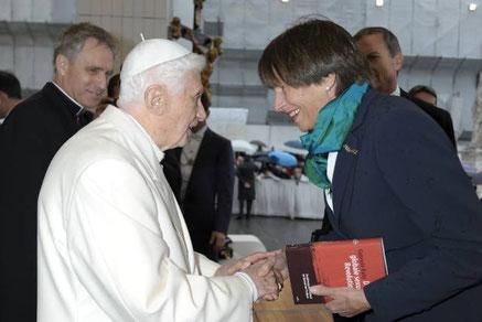Gabriele Kuby entrega une ejemplar de su libro al papa Benedicto XVI